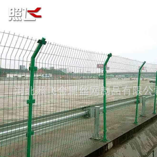 广西护栏网厂家供应路防护网栅栏 浸塑双边丝养殖护栏网