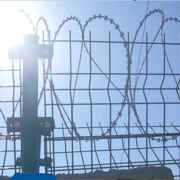 带刺绳护栏网 监狱刀刺网 刀片刺滚笼网 机场隔离刺